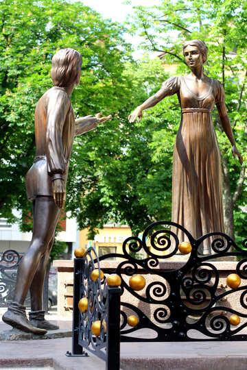 Zwei Statuen in einem Park №51801