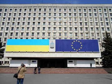 Flagge der Europäischen Union und der Ukraine №51299