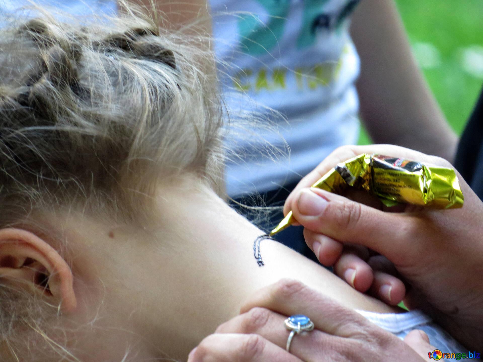 Les Enfants Dessinent Art Fille Tatouage Cou Femme Main Ukraine 52287
