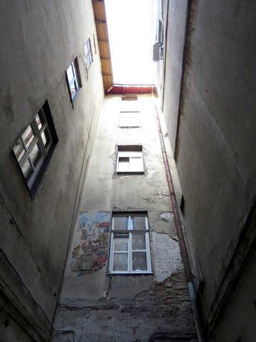 Vicolo di costruzione con finestre e cielo sopra №52325