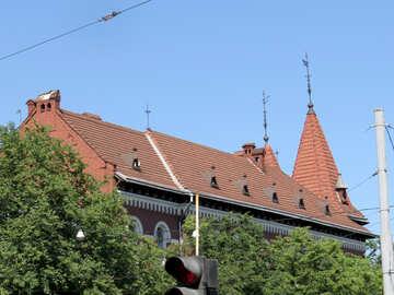 Casa e alberi una linea elettrica del cespuglio della chiesa. №52202