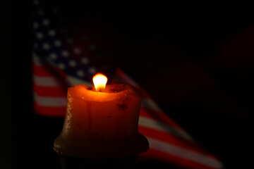 Eine Kerze angezündet und eine amerikanische Flagge im Hintergrund №52483