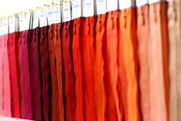 Nastro rosso della corda delle chiusure lampo che appende sul display №52898