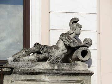 Estatua en una repisa con casco №52318