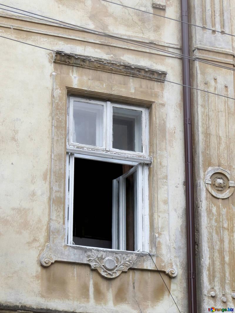 ルヴフを歩き回る 白い石造りの家には縦長の窓があります。窓は3