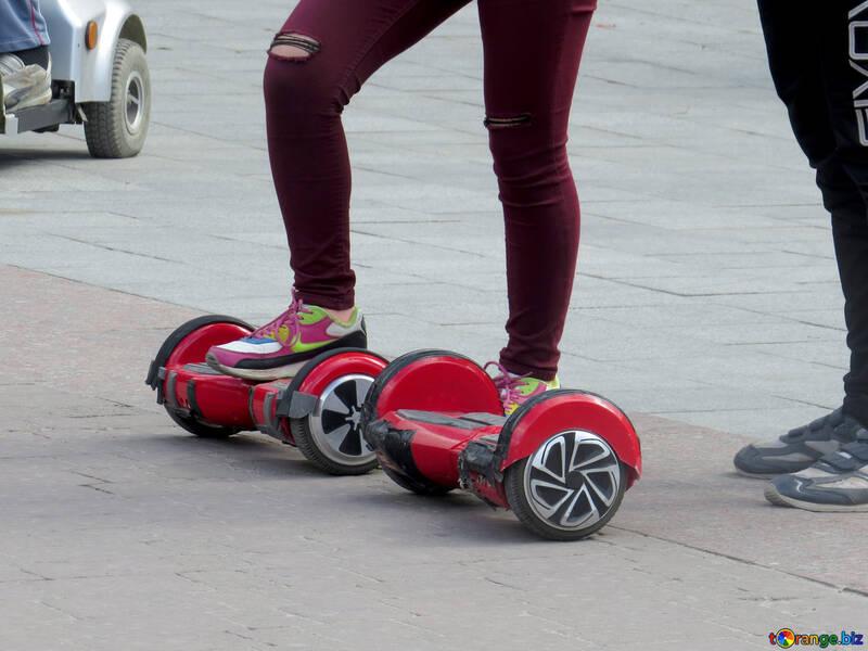 Eine Person sitzt auf Skateboardrollenrädern Kerl, der Hoverboard tritt №52278