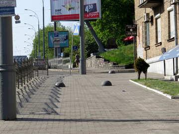 Marciapiede con luci stradali e un edificio sul lato destro lampioni marciapiede marciapiede Strada №53364