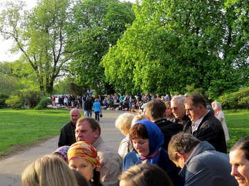 Reihe von Menschen in einem Park warten №53999