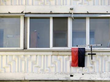 Finestra con bandiera rossa e nera №53411
