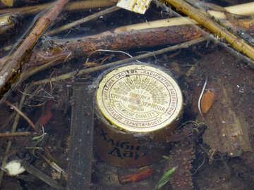 Tappo di bottiglia di spazzatura in natura №53415