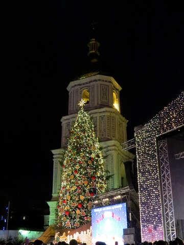 A christmas tree, with building and christmas lights №54089