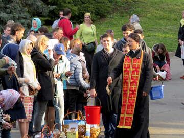 Eine Gruppe von Menschen, die vor einem religiösen Pastor der Crowd Social Group Tradition stehen №54003