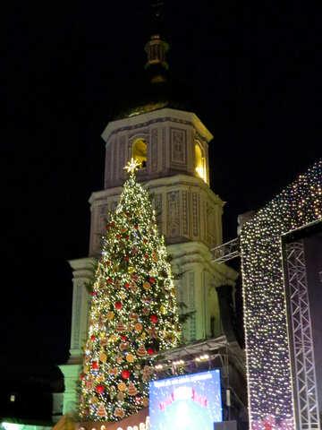 Зеленая елка и городская башня №54091