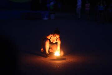 Женщина зажигает огонь №54376