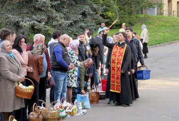 Es gibt einen Priester und Leute №54008