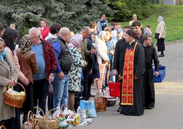 Ein Priester, der mit Leuten auf einer Straße spricht №54007