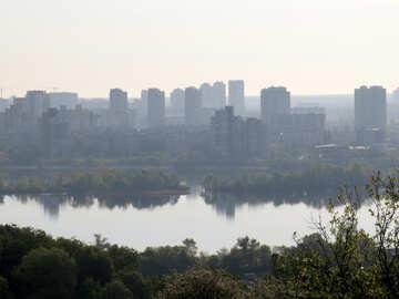 Озеро со зданиями на заднем плане город у воды №54172