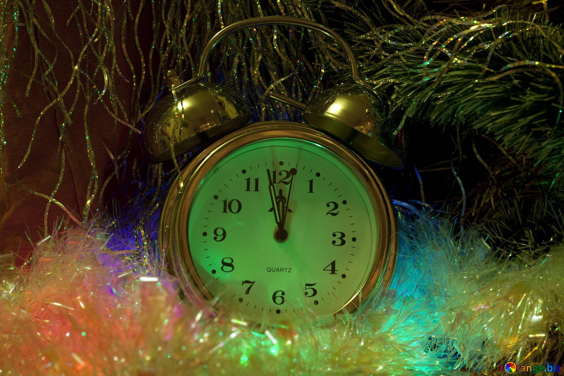 Если вам понравилось гиф открытка новогодние часы - уходит старый год., поделитесь ею с друзьями.