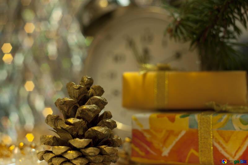 Золотая шишка в новогодней композиции №6860