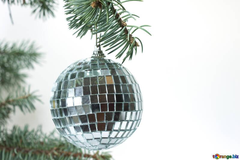 Зеркальный шар на елке. №6784
