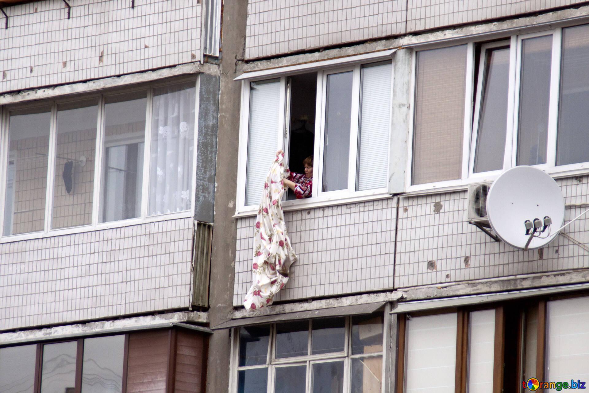 девушка в окне соседнего дома