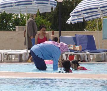 Türke  Frau   Kind  in  Wasser Lache №8785