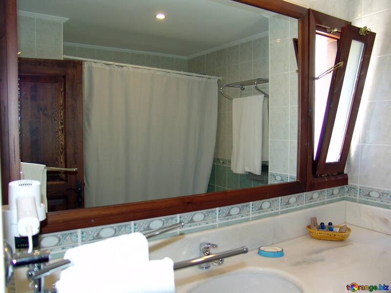 Fenster Bad . Fortgefahren Spiegel. №8428