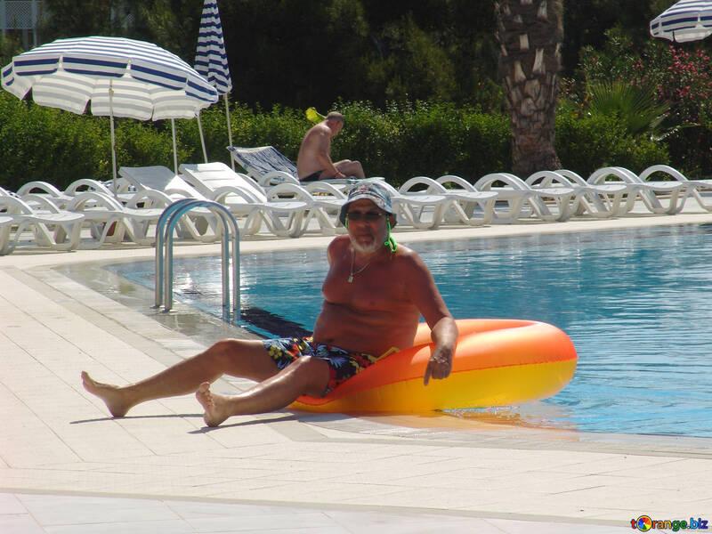 Mann  auf  Kreis  in  Schwimmen Lache №8782