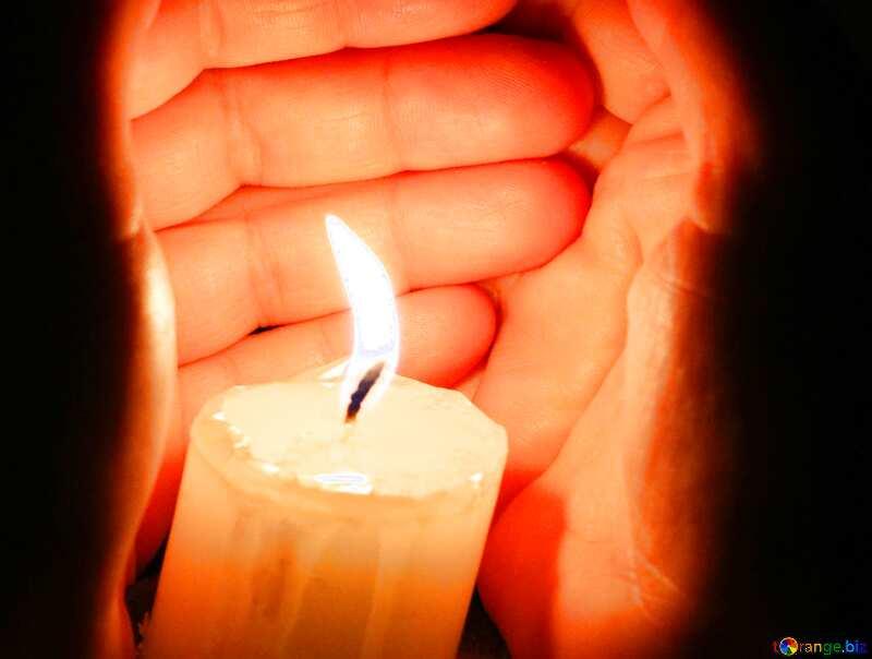 Обложка. Руки и свеча. №18120
