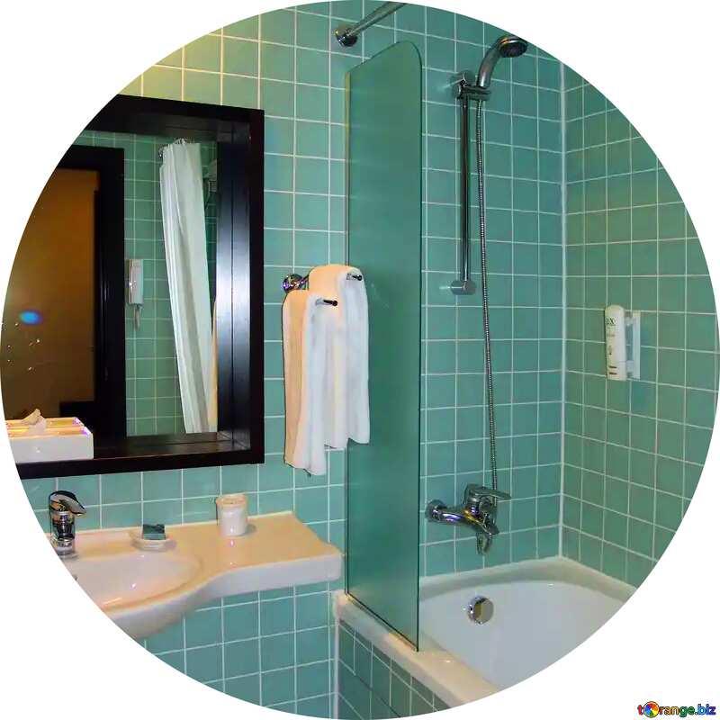 Um quarto com uma pia, espelho e banheira №8420