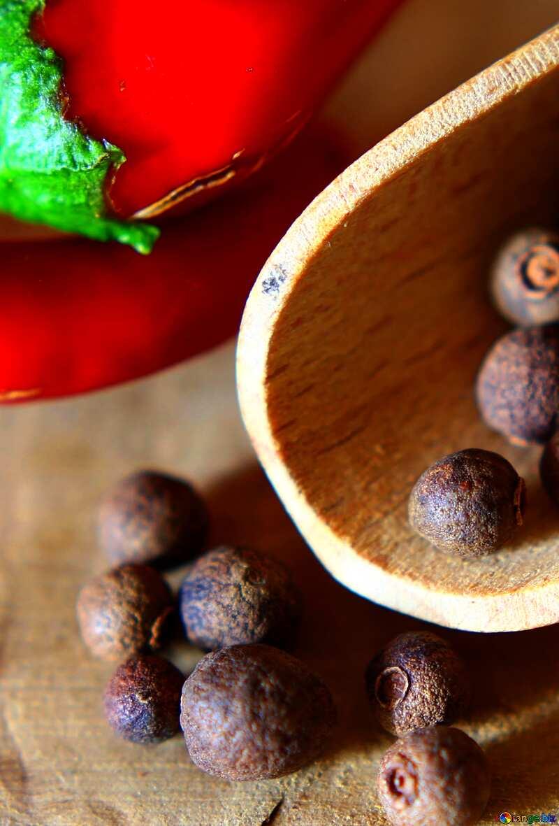Colori vivaci. Pepe nero e pepe rosso su un tavolo di legno. №46622