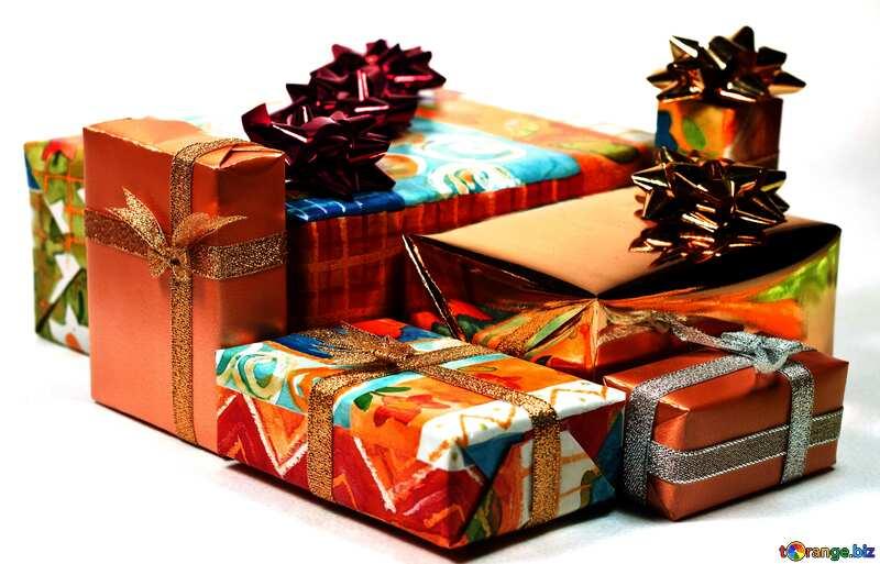 Красного цвета. Коробки с подарками на белом фоне. №6728
