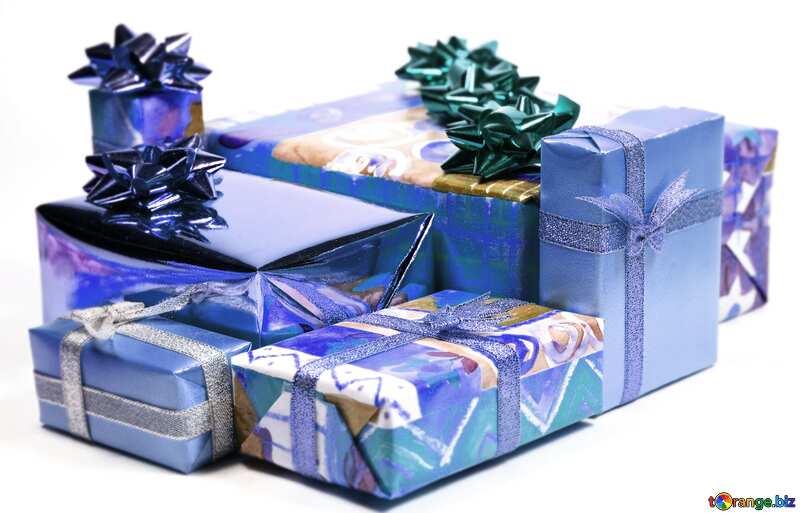 Синего цвета. Коробки с подарками на белом фоне. №6728