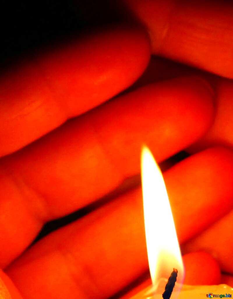 Abdeckung. Kerze und Hände. №18119