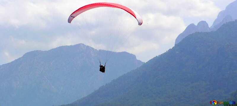 Abdeckung. Fallschirm in den Bergen. №21149