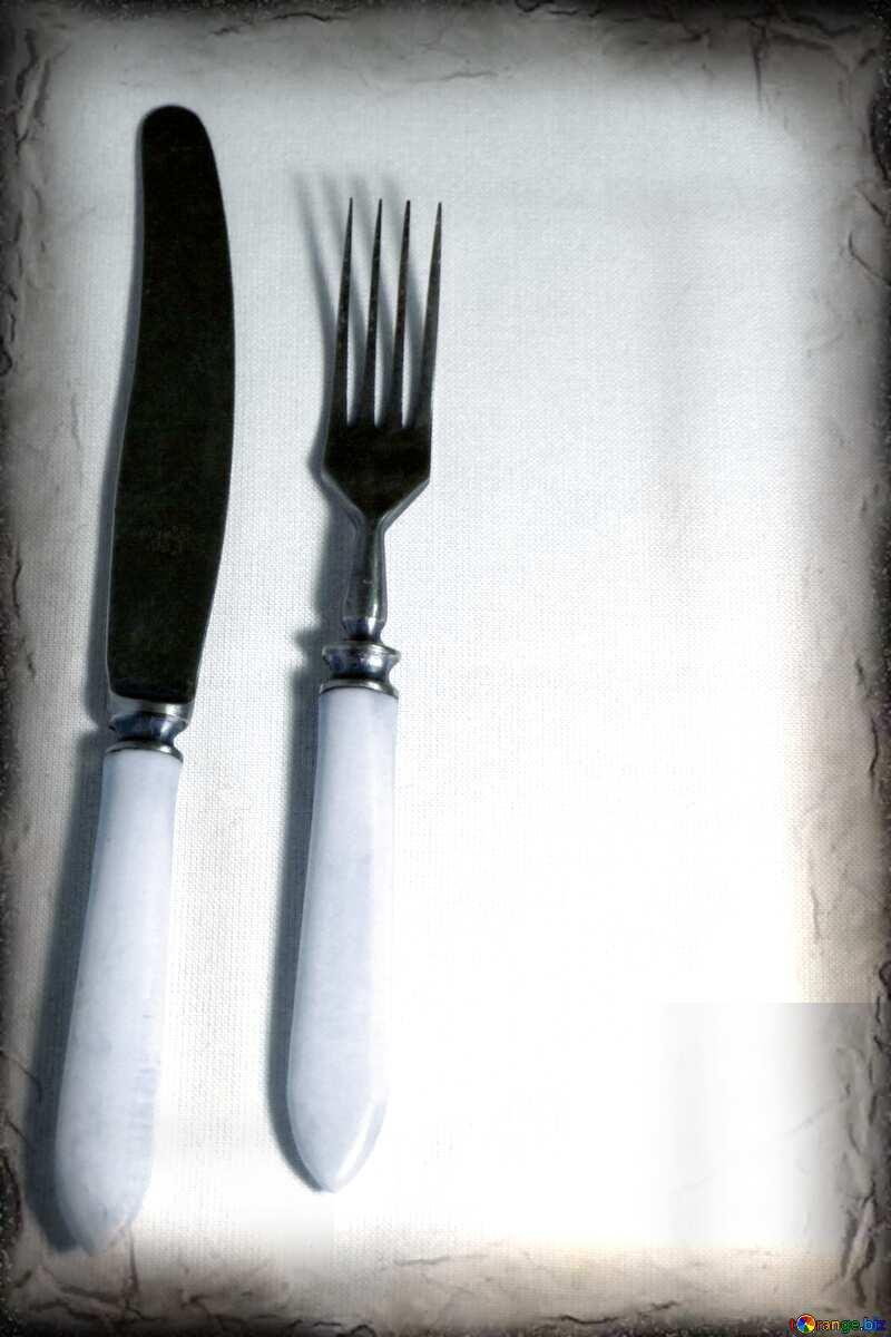 Image avec espace pour le texte. Un couteau et une fourchette. Ancien avec un os manche blanc.. №939