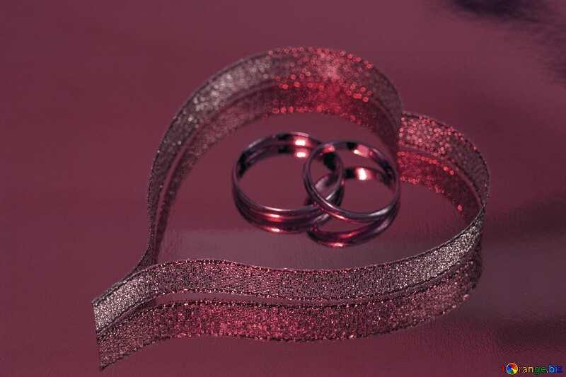 Colore rosso. Biglietto di S. Valentino di Oro Nastro anelli. №7154